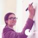 Symbolbild: Frau schreibt auf Whiteboard